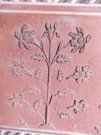 Flores talladas en mármol